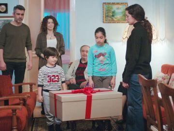 Bahar, desconcertada al abrir al fin el regalo de Nezir