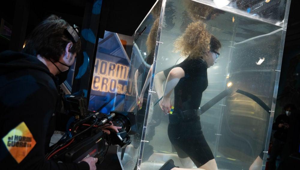 El reto imposible del cubo de rubik: ¡lo resuelve a ciegas bajo el agua!