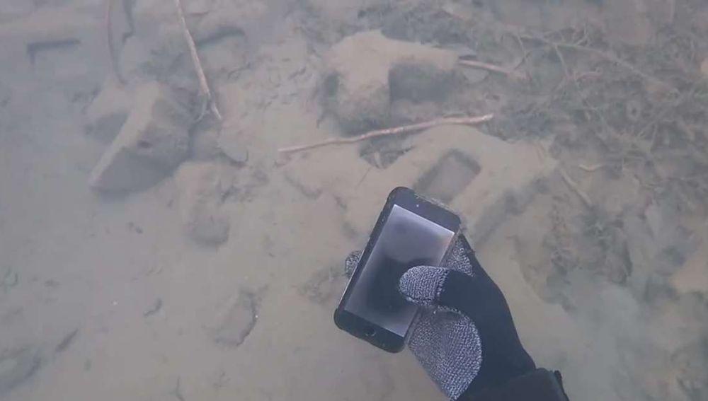 Recupera un iPhone del fondo de un lago