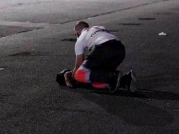 Un voluntario de Cruz Roja reanima a un niño en el suelo del muelle de Gran Canaria
