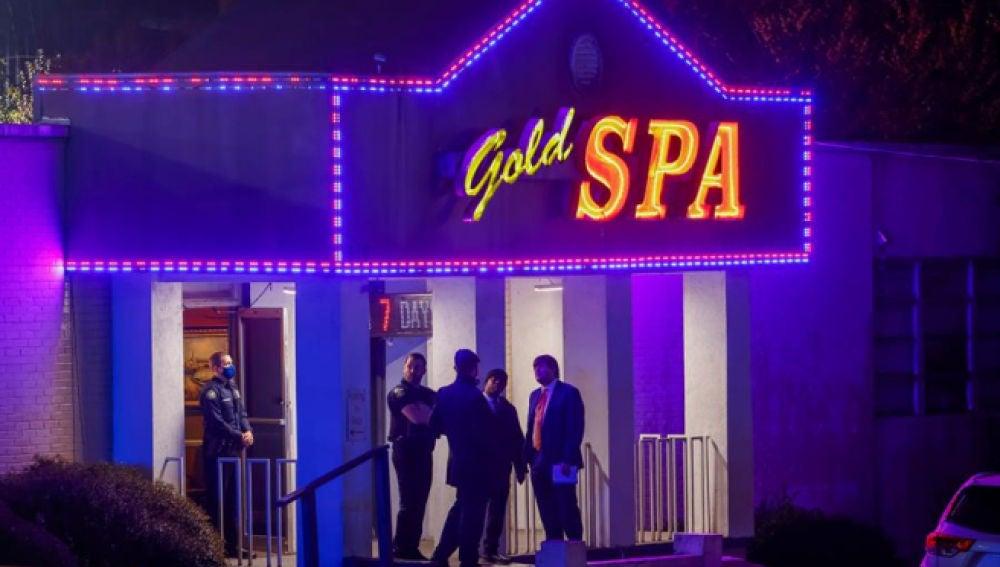 Agentes policiales, en uno de los tres salones de masajes asiáticos de Atlanta (EE UU) que fueron atacados a tiros por un hombre dejando al menos 8 muertos.