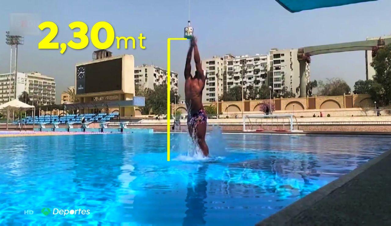 El impresionante récord Guinness de Omar Sayed al saltar 2,30 fuera del agua con monoaleta
