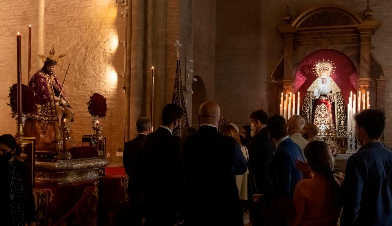 Cientos de fieles guardan cola para ver los pasos de Semana Santa