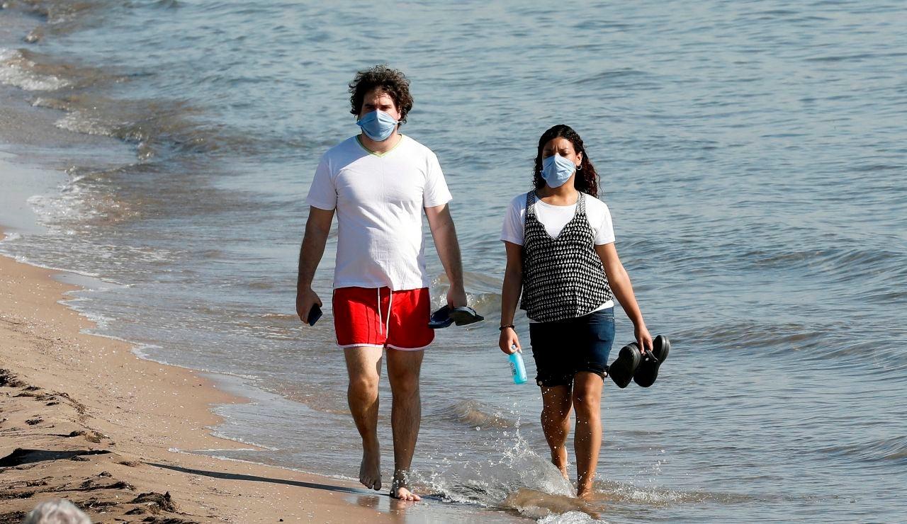 El Gobierno obliga a usar mascarilla sin importar la distancia incluso en la playa