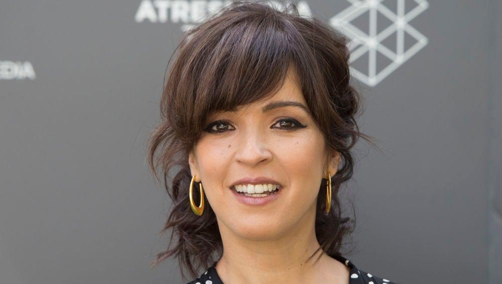 Verónica Sánchez posando ante los medios