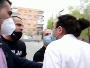 """Pablo Iglesias, increpado en su primer acto electoral en Madrid: """"Fuera la casta de nuestro barrio"""""""