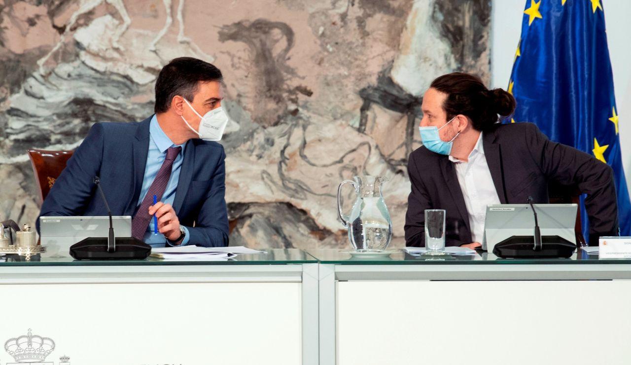 El presidente del Gobierno, Pedro Sánchez, junto a Pablo Iglesias