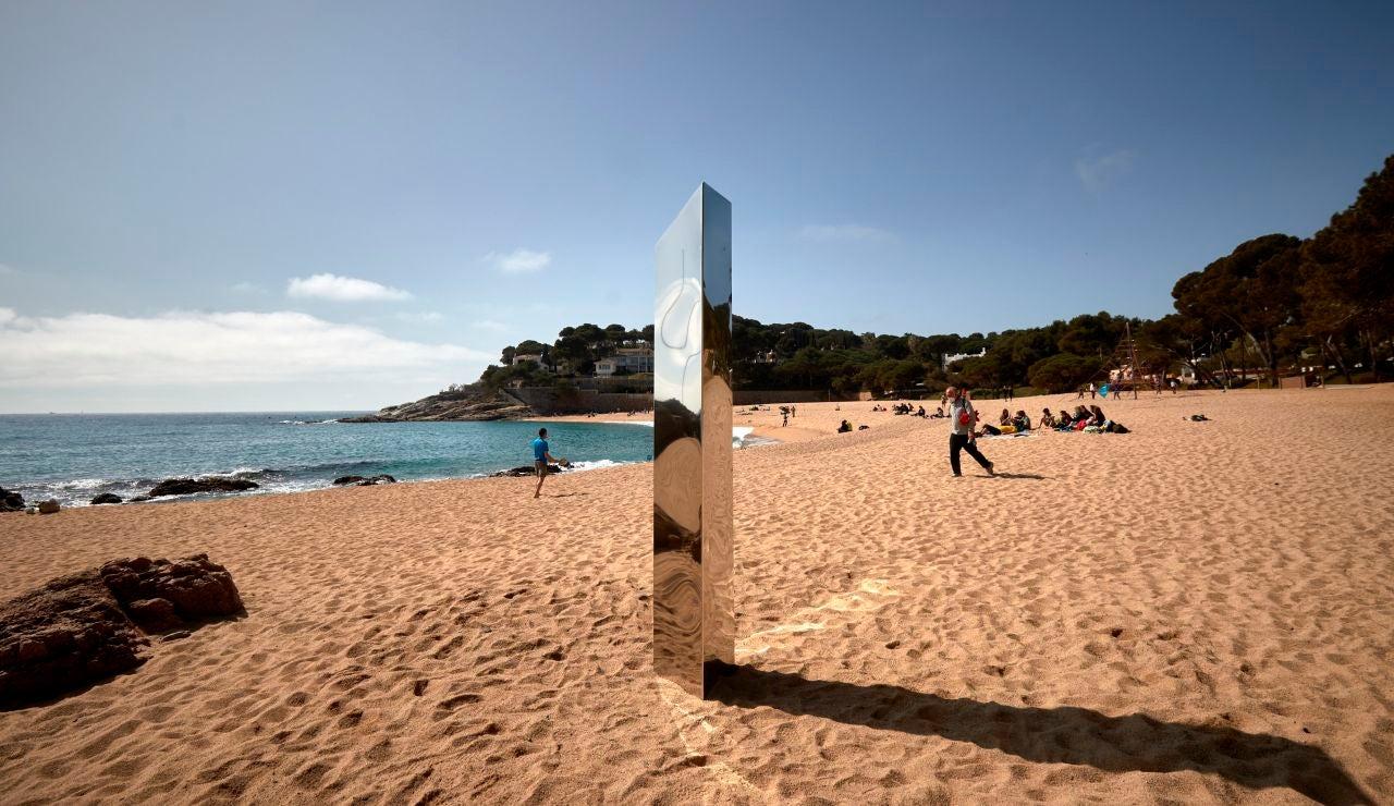 Encuentran un monolito metálico de 2 metros en Girona