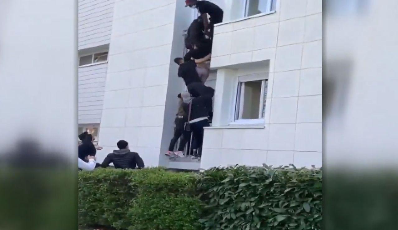 Forman una cadena humana para rescatar a una familia de un incendio en Nantes, Francia