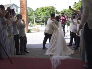 Recién casados intentan darse un beso de película y les sale terriblemente mal
