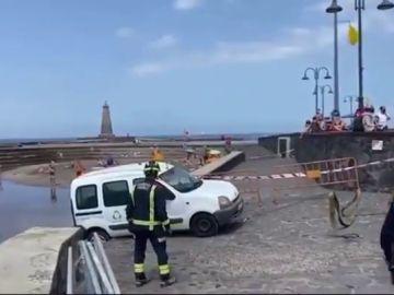 Un coche sin conductor arrolla a una chica de 17 años en Tenerife y casi cae a la playa
