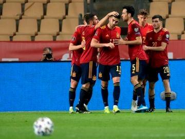 España celebra el gol de Ferrán a Kosovo