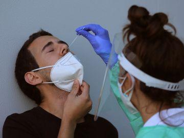 Personal sanitario realizando una PCR a una persona