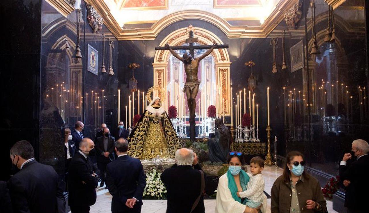 Cientos de personas visitan el Cristo de Mena en Málaga o La Macarena en Sevilla en otro Jueves Santo sin procesiones
