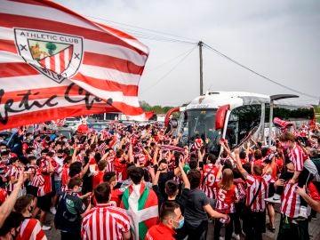 Miles de aficionados despiden al Athletic antes de la final de Copa del Rey