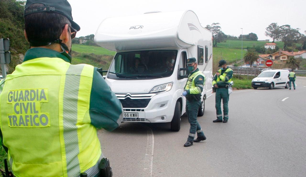 La Guardia Civil de Tráfico realizando controles para que se cumplan las restricciones del coronavirus en Semana Santa