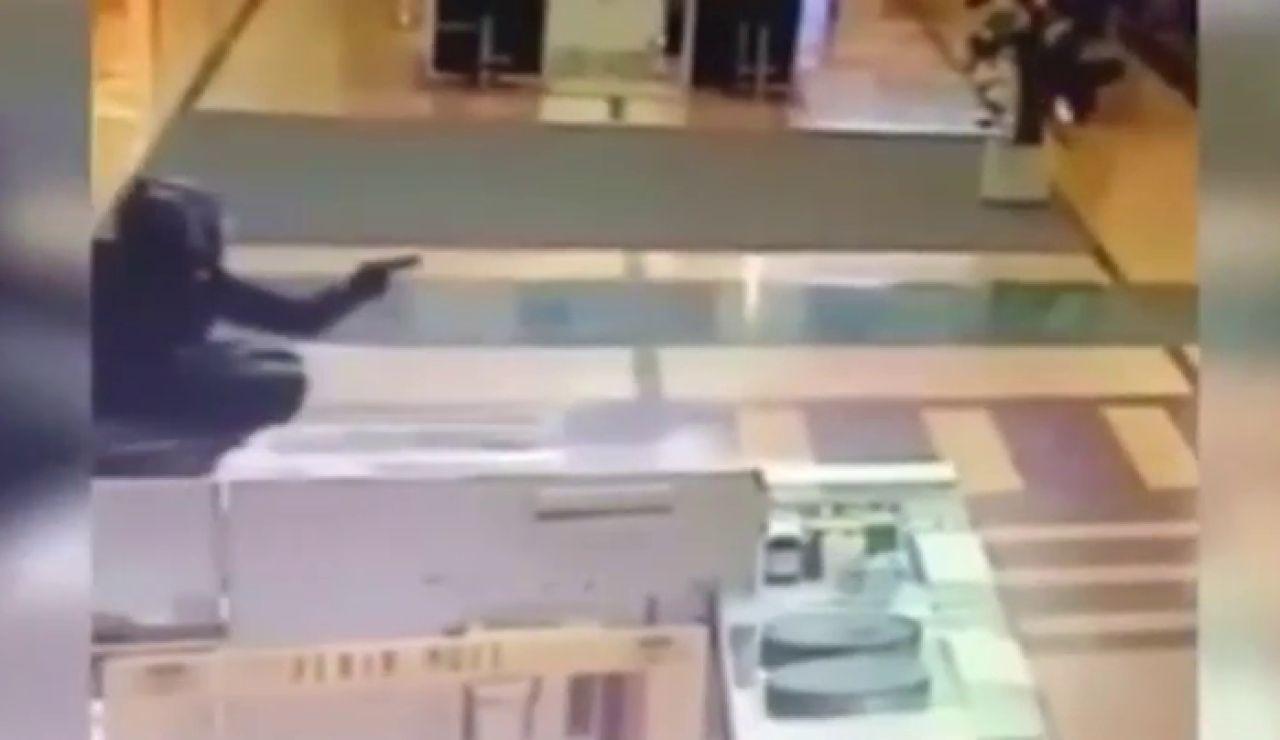 En moto y con pistola dentro del centro comercial: Así ha sido el espectacular robo en una joyería de Murcia