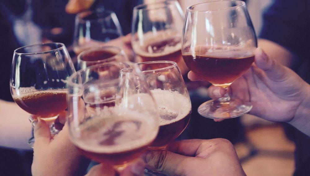 Seis copas con bebida en un brindis