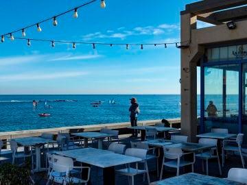 Terraza de un bar en la playa