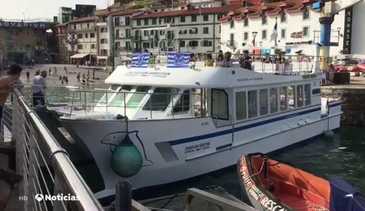 Un catamarán queda encallado en el puerto de San Sebastián tras chocar en una maniobra