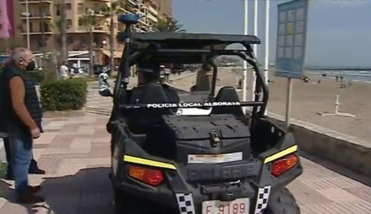 Policía controla aforo de la playa en Alboraia, Valencia