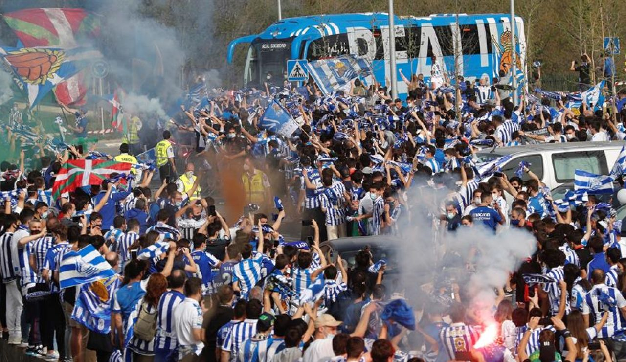 Cientos de aficionados despiden a la Real Sociedad en Zubieta antes de la final de la Copa del Rey