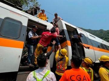 Aumentan a 48 los muertos en un accidente de tren en Taiwán