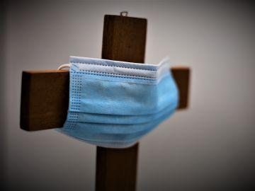 Mascarilla en una cruz