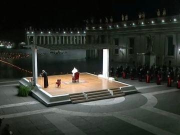 El Papa Francisco celebra por segunda vez el viacrucis en una plaza de San Pedro desierta a causa del coronavirus