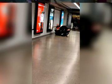 Dos personas sin mascarilla agreden a los vigilantes del metro de Barcelona por llamarles la atención