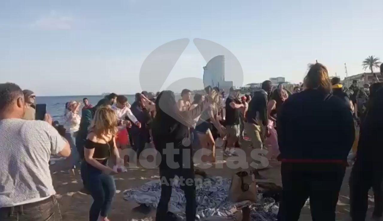 Las imágenes de la fiesta improvisada en la playa de la Barceloneta sin respetar las medidas anticoronavirus