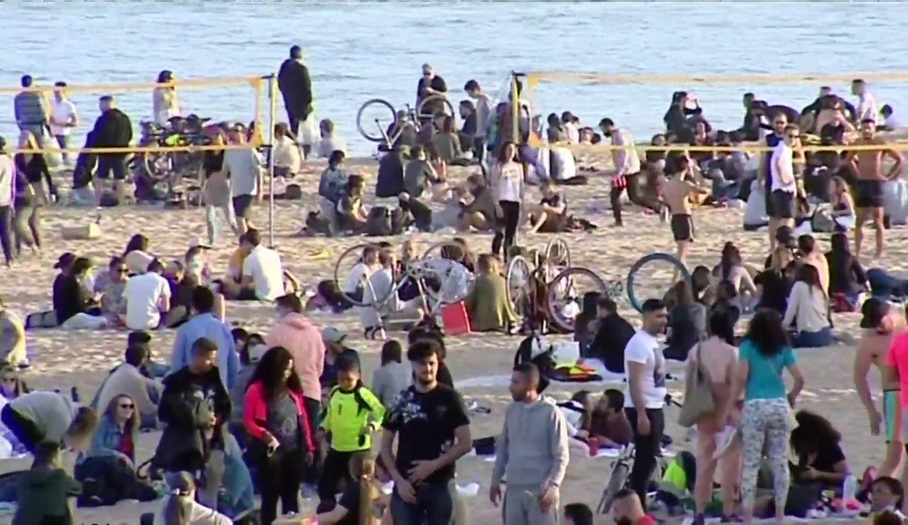 La Guàrdia Urbana denuncia a 80 personas por aglomeraciones en la playa de la Barceloneta