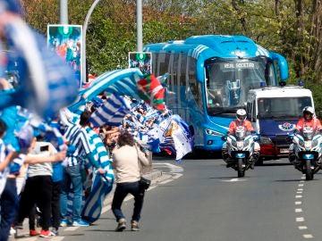 Ambiente festivo en San Sebastián tras el éxito de la Real Sociedad: así han recibido a los jugadores