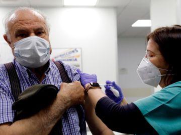 Salud Pública estudia espaciar las segundas dosis en menores de 79 y combinar AstraZeneca con Pfizer