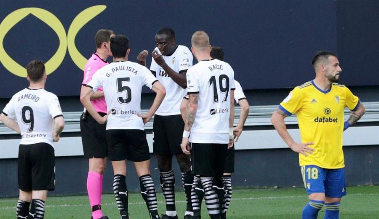 """Cádiz - Valencia: Diakhaby dijo al árbitro que Cala le llamó """"negro de mierda"""" en el partido de la Liga"""