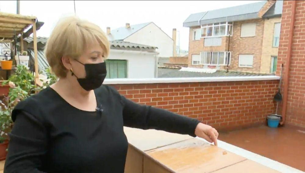 Una mujer denuncia que sus vecinos tiran deshechos a su patio que alegan ser de uso común