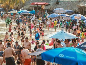 Miles de turistas abarrotan Acapulco, en México