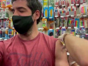 Miguel Ángel Muñón recibe la vacuna contra el covid en un supermercado