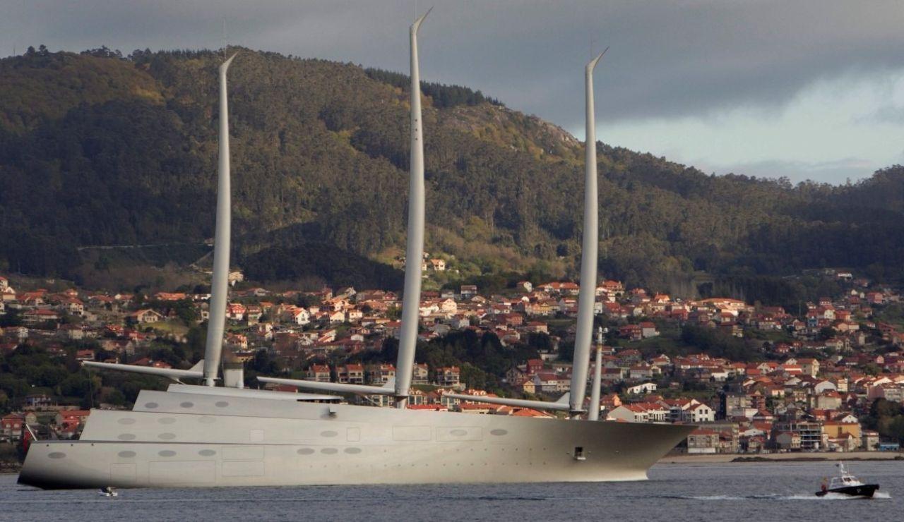 El velero más grande del mundo descansa en el puerto de Vigo