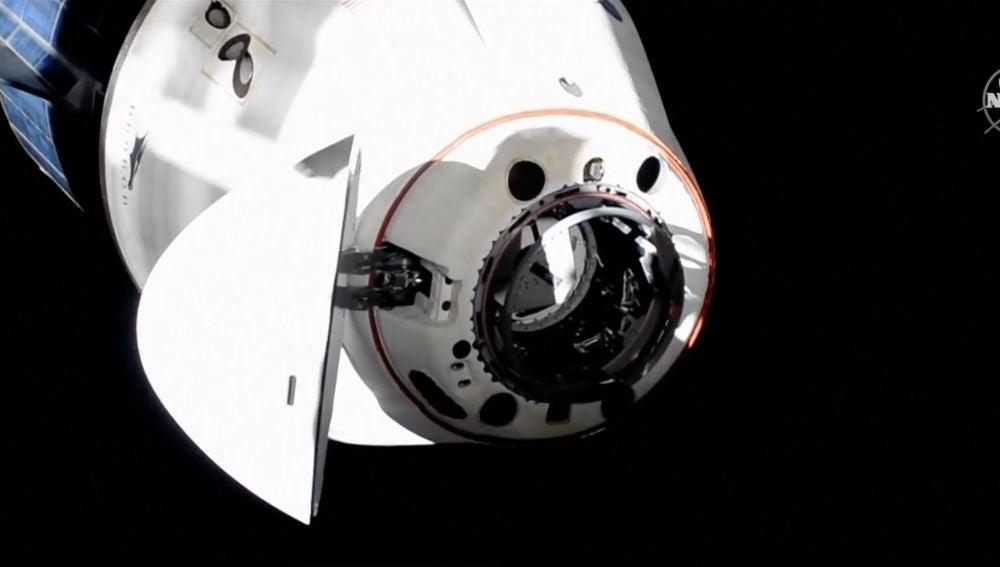 La nave Crew Dragon de SpaceX completa con éxito la maniobra de reubicación en la Estación Espacial Internacional
