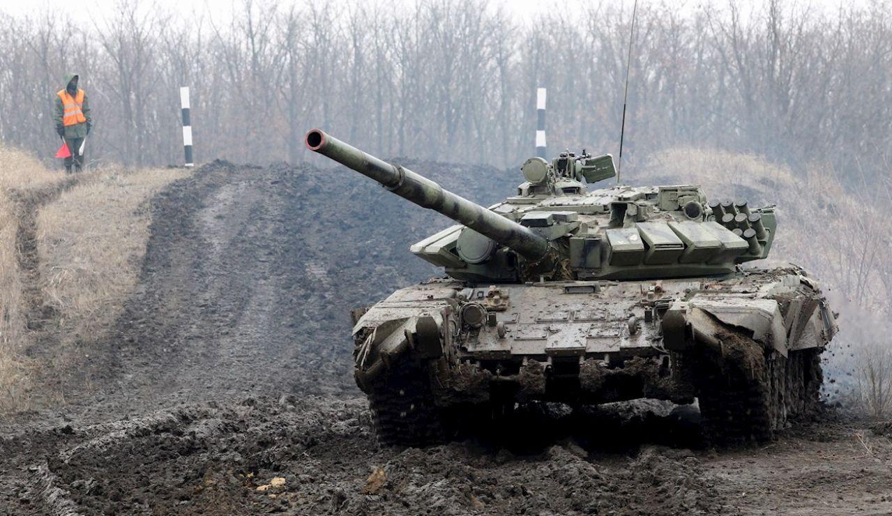 Un tanque realiza maniobras en la autoproclamadas república de Donbás, en Ucrania