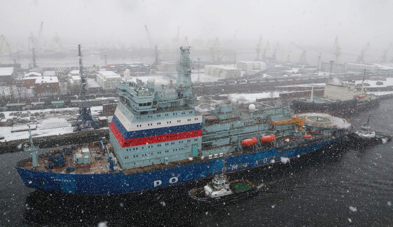 Un carguero navega por el océano Ártico
