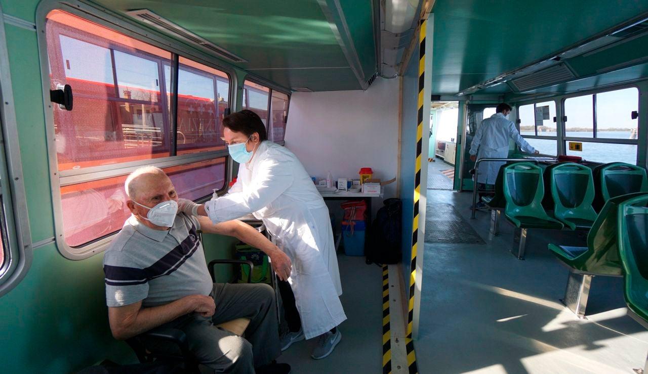 Vacuna contra el COVID-19: Los vaporettos se convierten en centros de vacunación en Italia