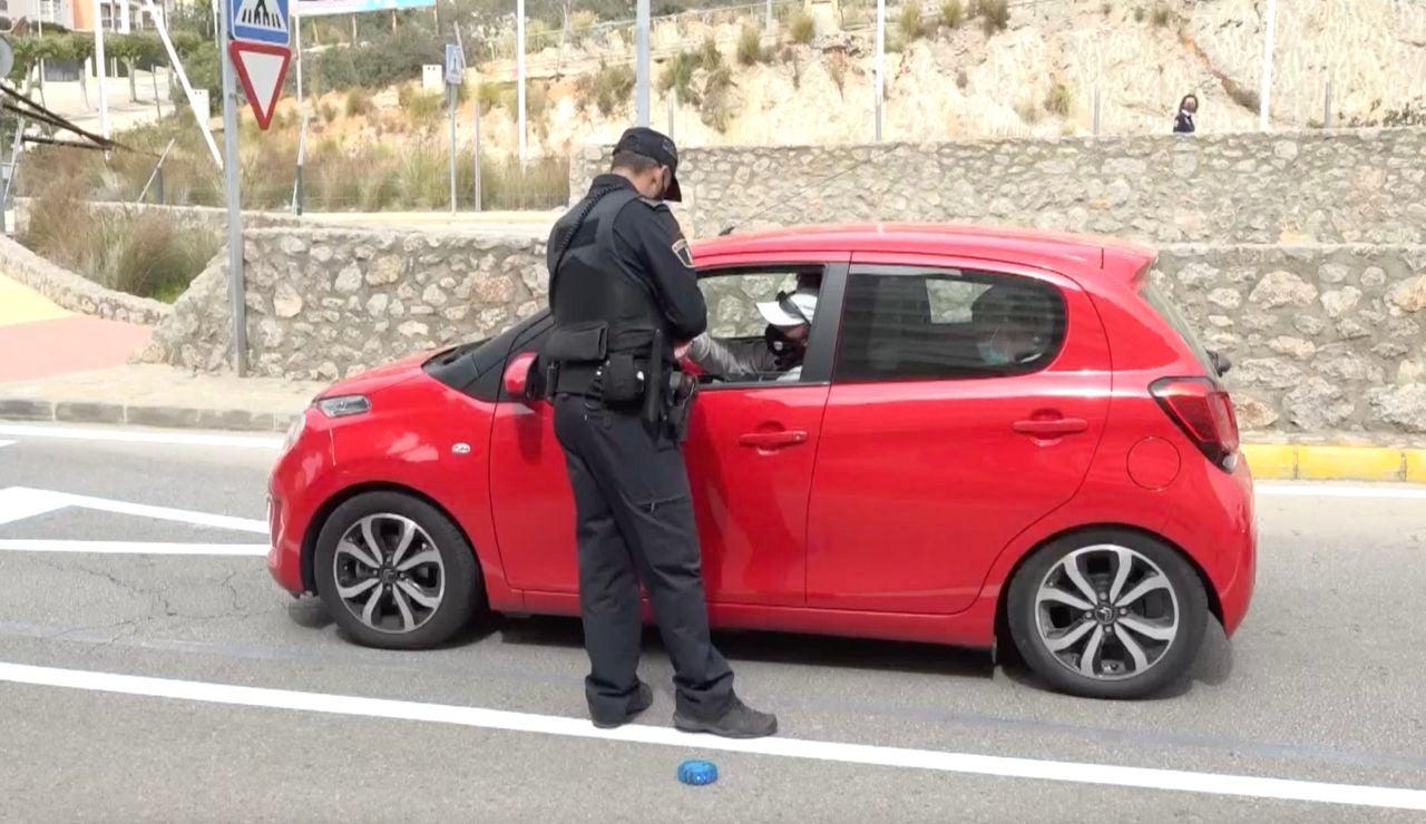 La DGT aplica nueva sanción de hasta 500 euros por quitarte la mascarilla en el coche