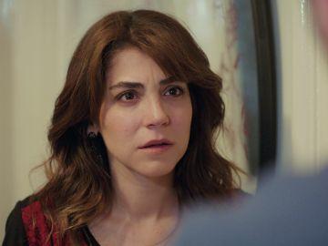 Ceyda pasa de la alegría a la decepción al ver que Emre tampoco confía en ella