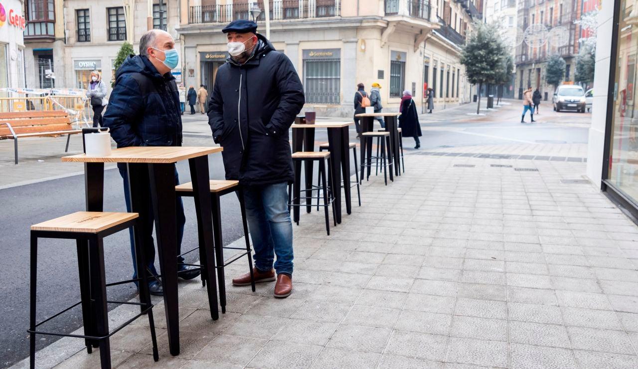 Clientes en la terraza de un bar en Valladolid