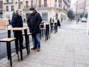 Clientes en la terraza de un bar .