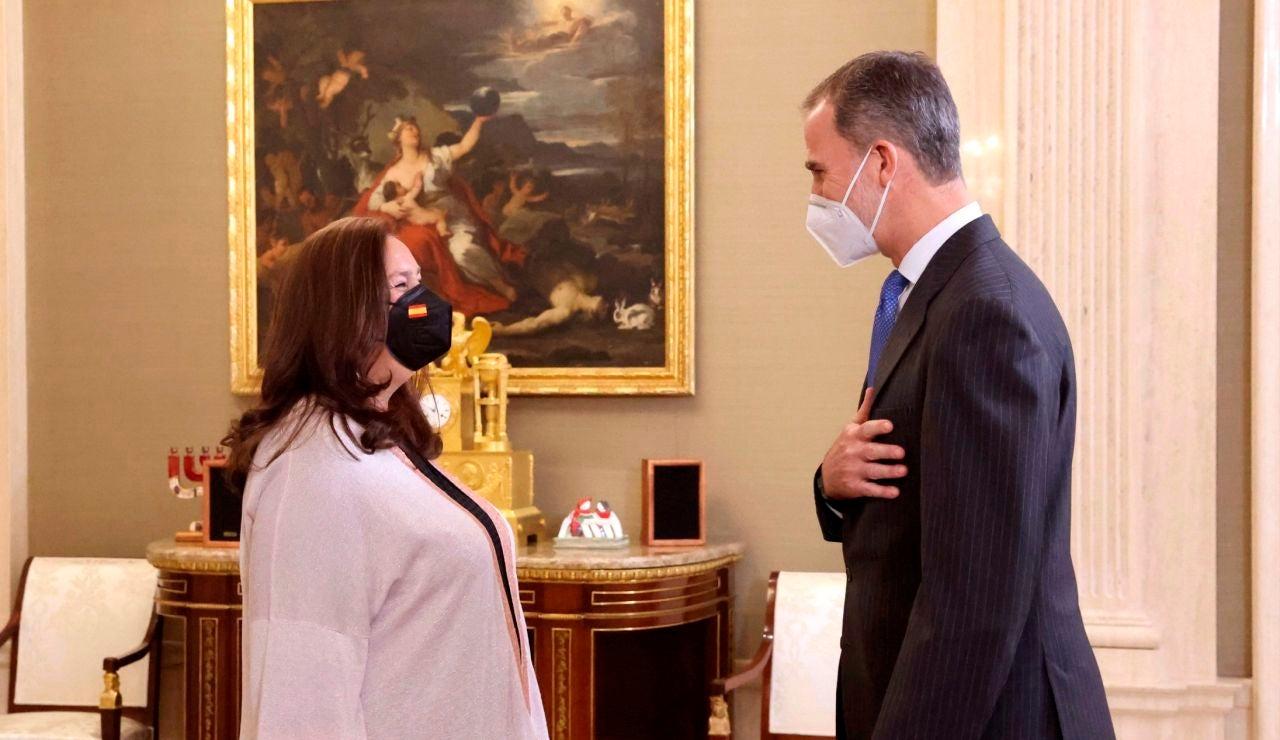 El rey Felipe VI conversa con la presidenta de la Asociación de Víctimas del Terrorismo, Maite Araluce