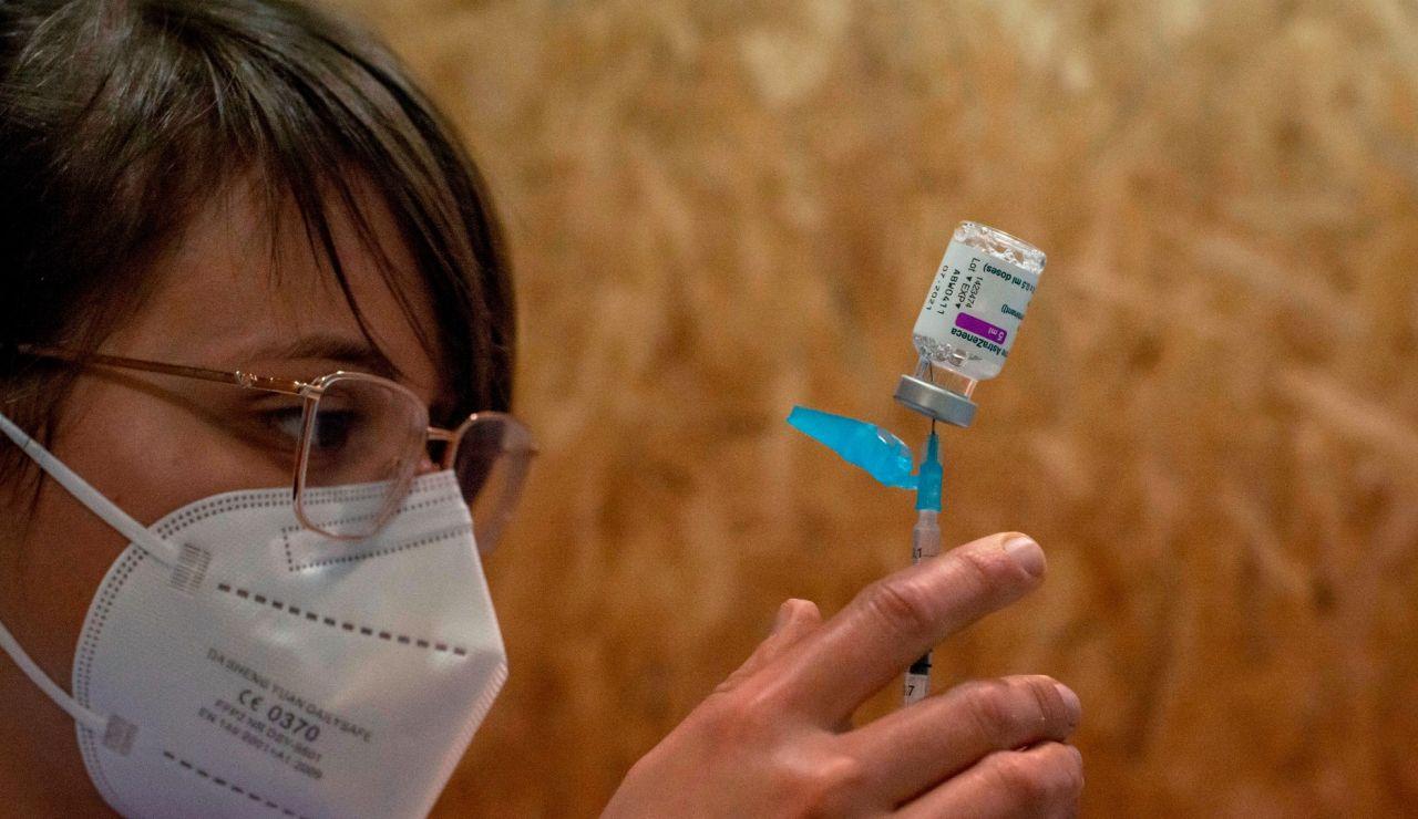 Una mujer manipula una dosis de la vacuna de AstraZeneca