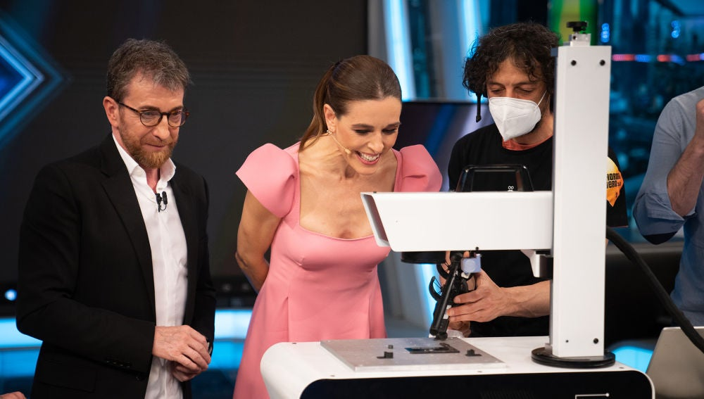 Raquel Sánchez Silva consigue una tarjeta exclusiva de 'El Hormiguero 3.0' con la ciencia láser de Marron